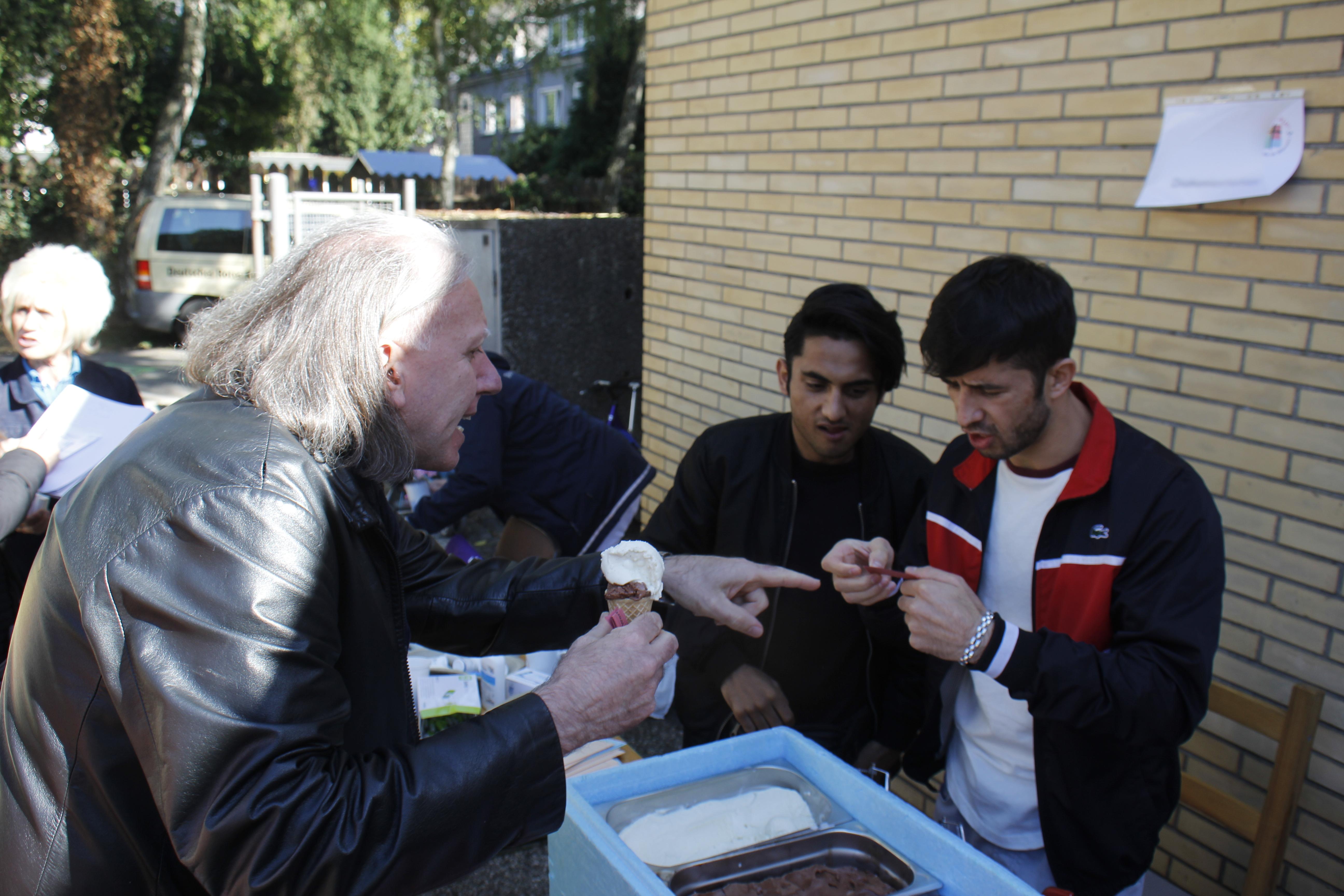 Auch Pfarrer Günther Kern-Kremp kaufte sich ein Eis.
